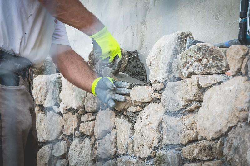La méthode à suivre pour l'enrochement paysager dans l'Hérault | Melia Terrassement